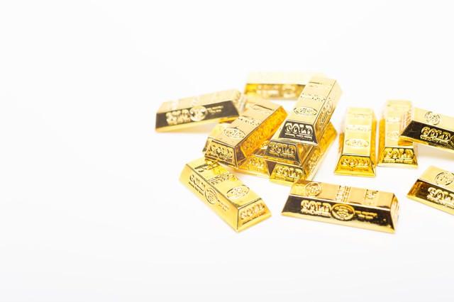 散らばった金塊(ゴールド)の写真