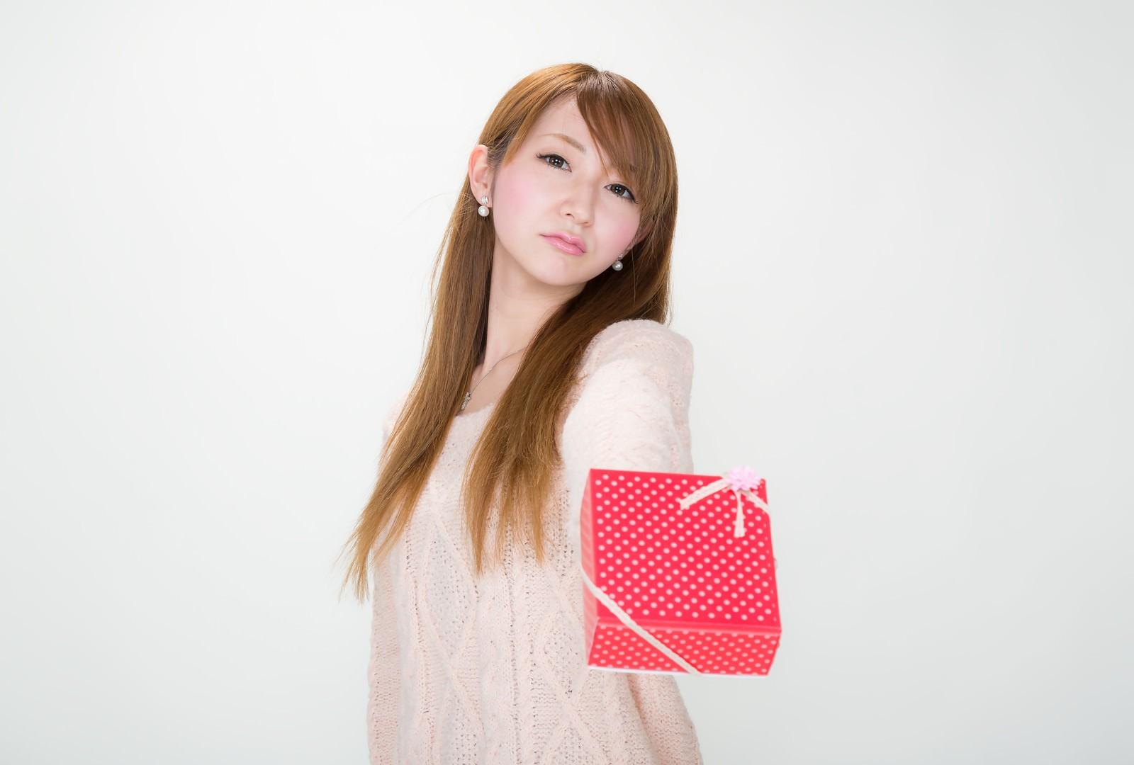 「【ツンデレ渡し】 「どうせ、くれる人いないでしょ!」っとバレンタインにチョコを渡す女の子」の写真[モデル:to-ko]