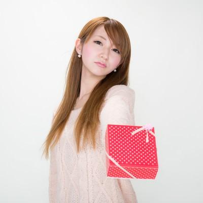 【ツンデレ渡し】 「どうせ、くれる人いないでしょ!」っとバレンタインにチョコを渡す女の子の写真