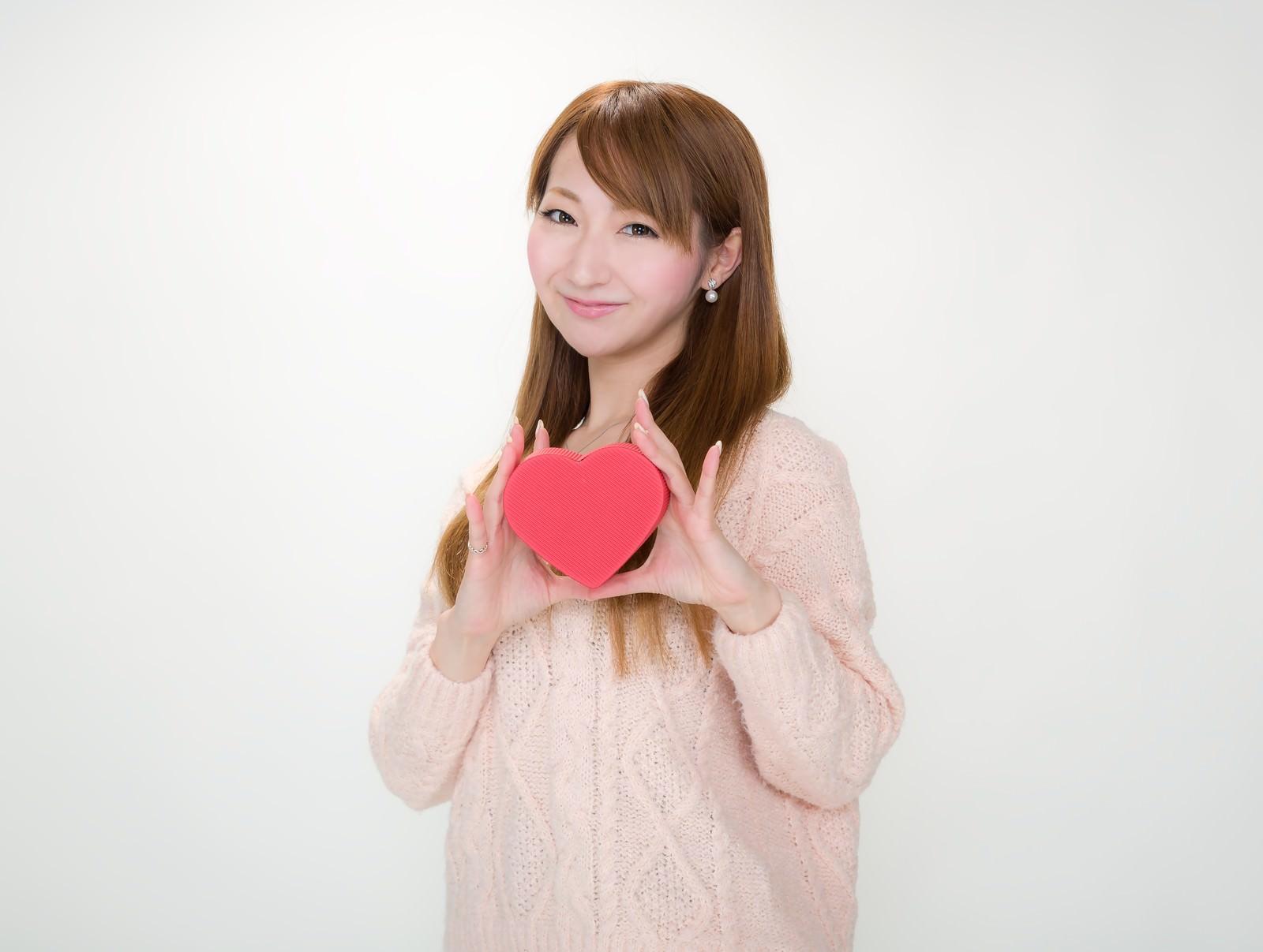 「バレンタインのチョコを持ったお姉さん」の写真[モデル:to-ko]