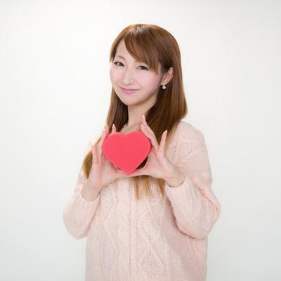 バレンタインのチョコを持ったお姉さんの写真