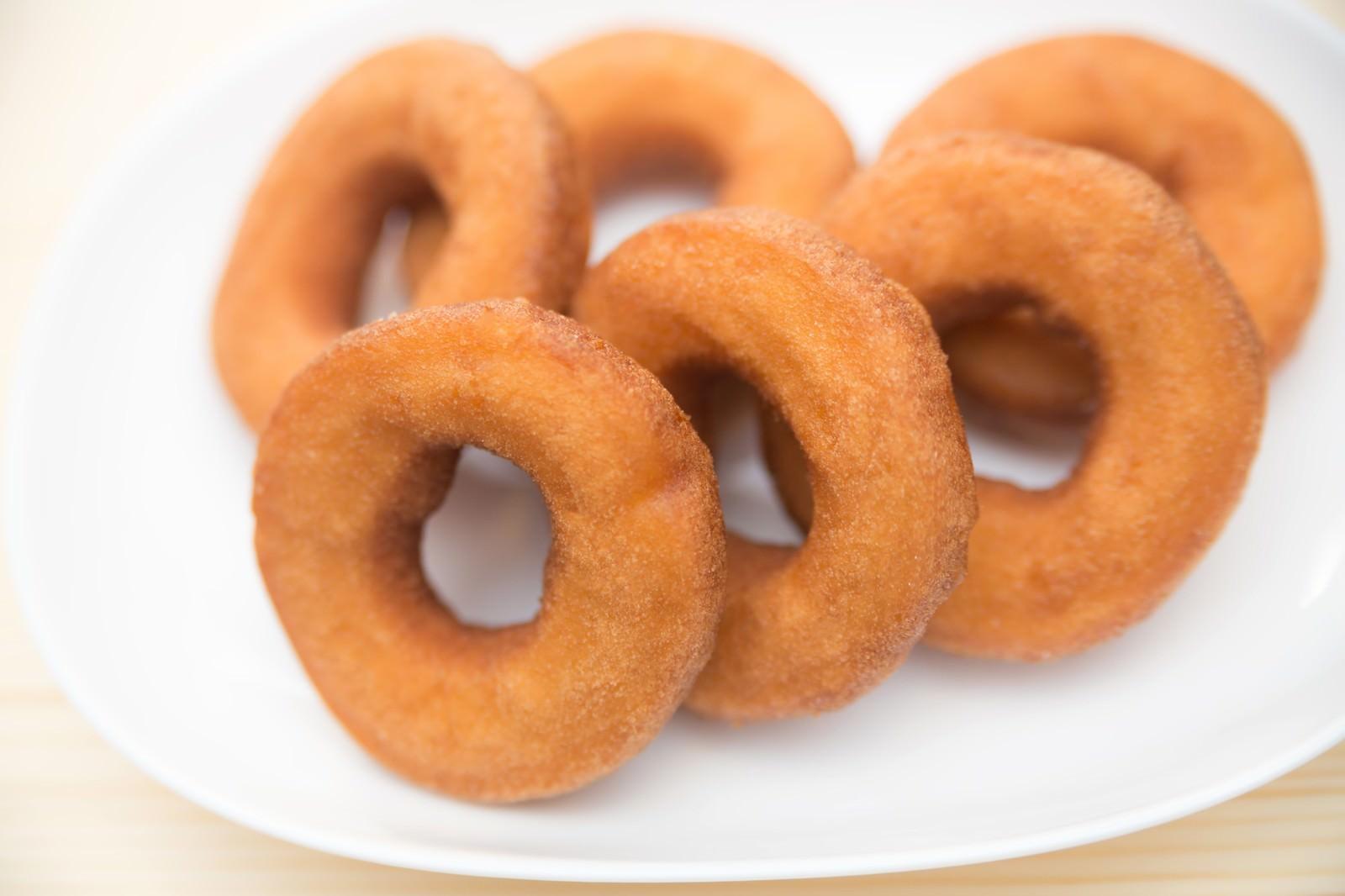 「お皿に並べたドーナッツ」の写真