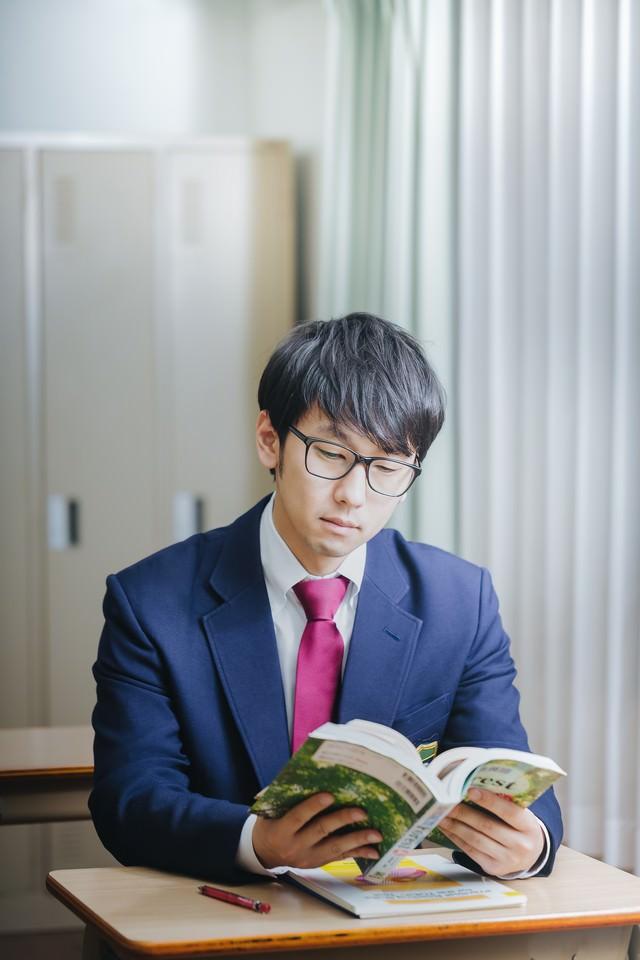 授業中堂々とマンガを読む知能犯の写真