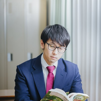 「授業中堂々とマンガを読む知能犯」の写真素材