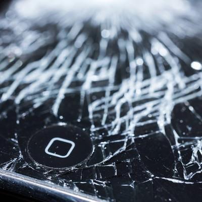 液晶にヒビが入ったスマホとホームボタンの写真