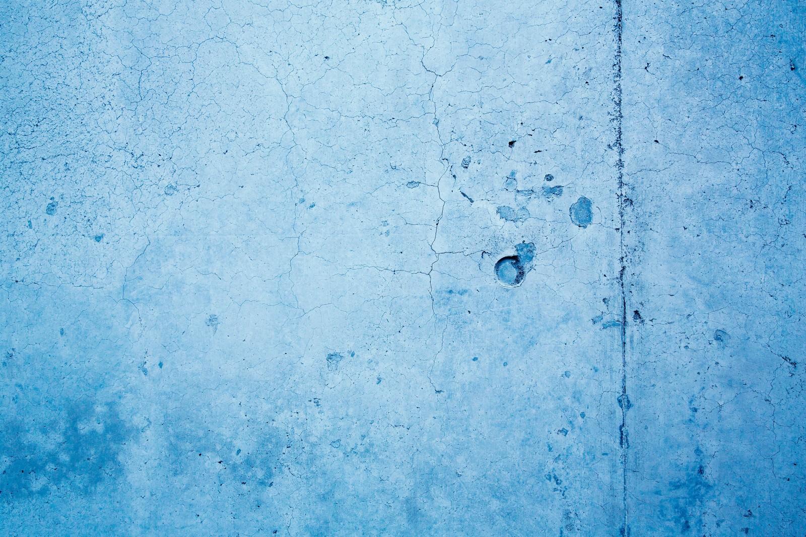 「ヒビ割れた青い壁(テクスチャー)」の写真