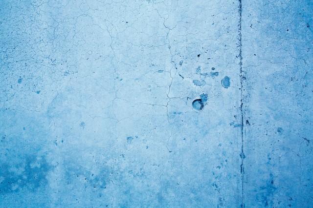 ヒビ割れた青い壁(テクスチャー)の写真