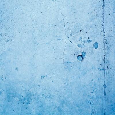 「ヒビ割れた青い壁(テクスチャー)」の写真素材