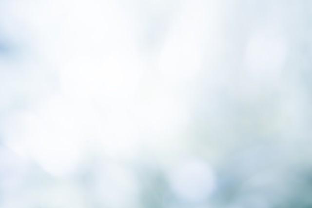 「光を反射する水面(ボケ)」のフリー写真素材