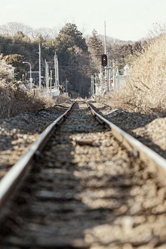 田舎の閑散とした線路の写真