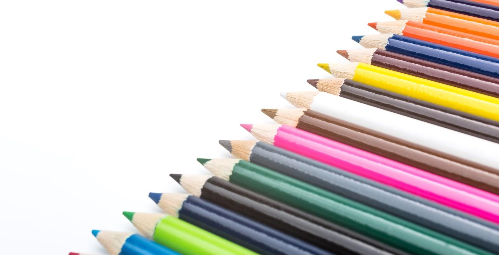 「並べられた色鉛筆」の写真
