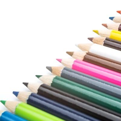 「並べられた色鉛筆」の写真素材