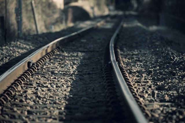 カーブした線路の写真