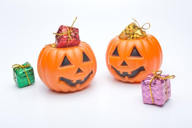 ハロウィンかぼちゃのお化けとプレゼントの写真
