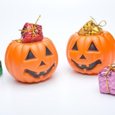「ハロウィンかぼちゃのお化けとプレゼント」の写真素材