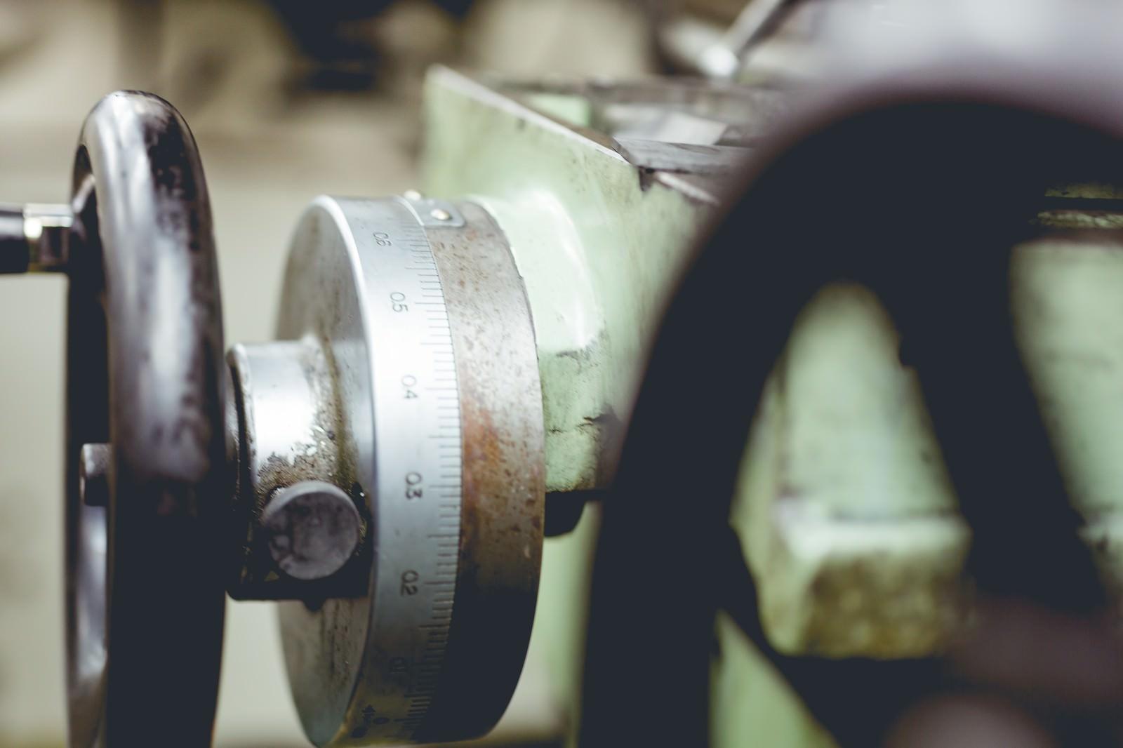 「工作機械のハンドルと目盛り」の写真