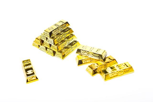 積み重なる金塊の写真