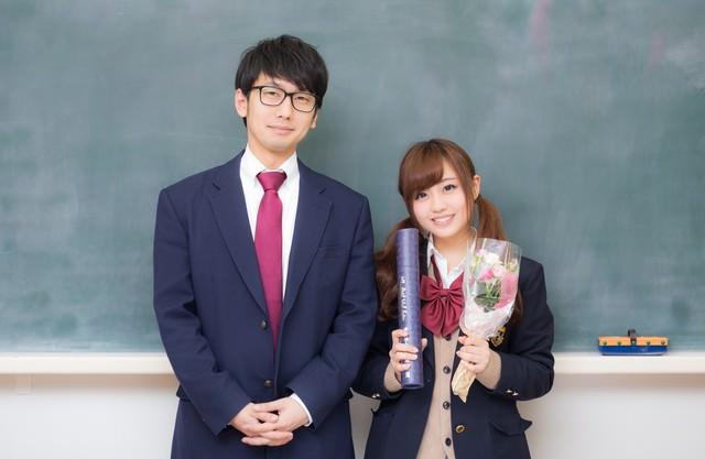 「卒業してもずっと一緒だよ!」と約束をする高校生カップルの写真
