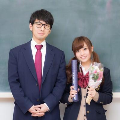 「「卒業してもずっと一緒だよ!」と約束をする高校生カップル」の写真素材