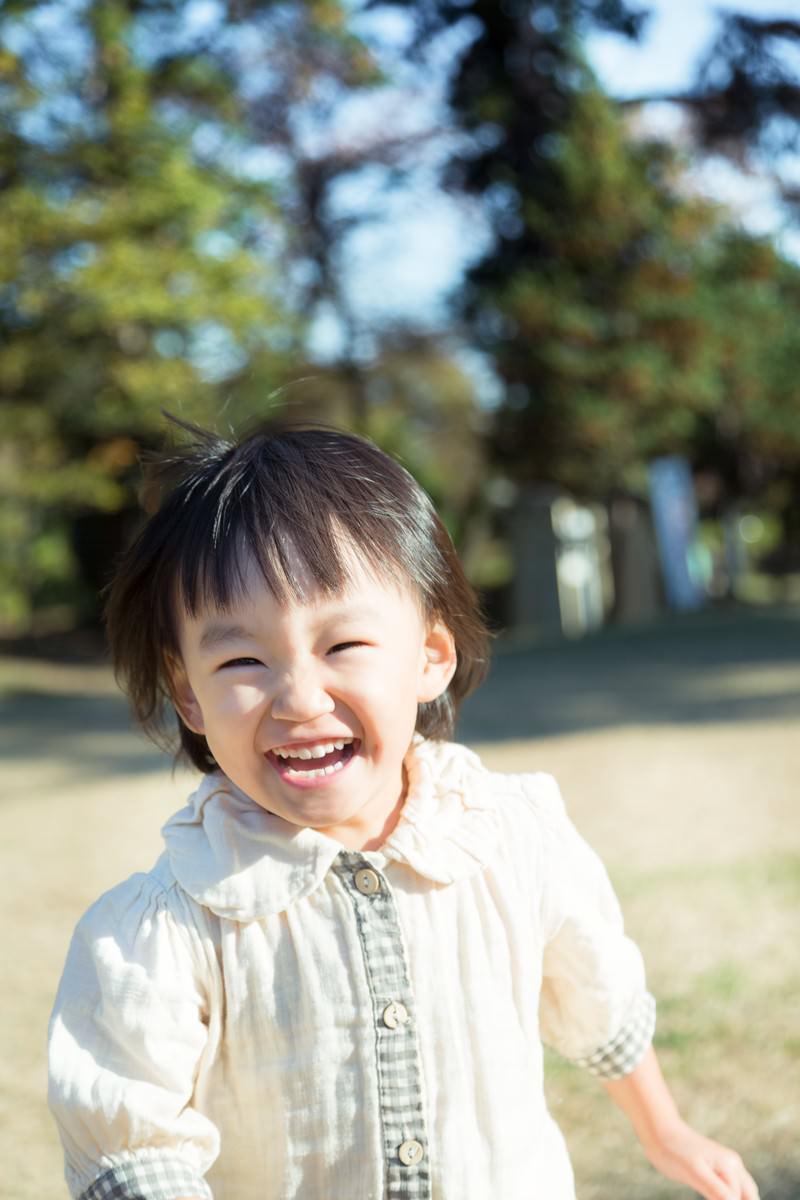 「笑顔で公園を走り回る子供」の写真[モデル:あんじゅ]