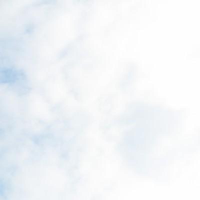 「曇り時々青空」の写真素材