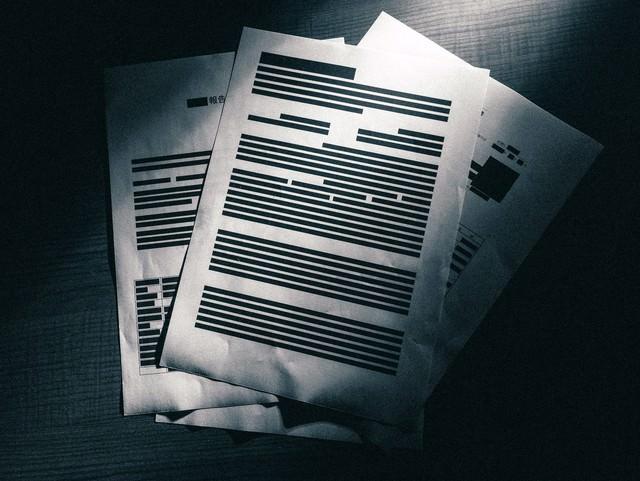 ほとんど黒塗りされた重要機密書類