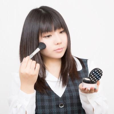 「お化粧直しのOL」の写真素材