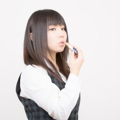 「口紅を塗るOL」の写真素材