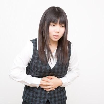 「お腹が痛い女性」の写真素材