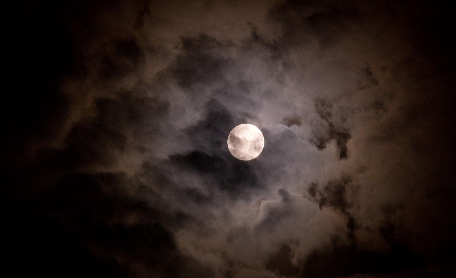 「満月と不気味な雲満月と不気味な雲」のフリー写真素材を拡大
