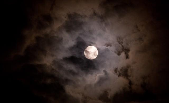 満月と不気味な雲の写真