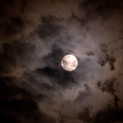 「満月と不気味な雲」の写真素材