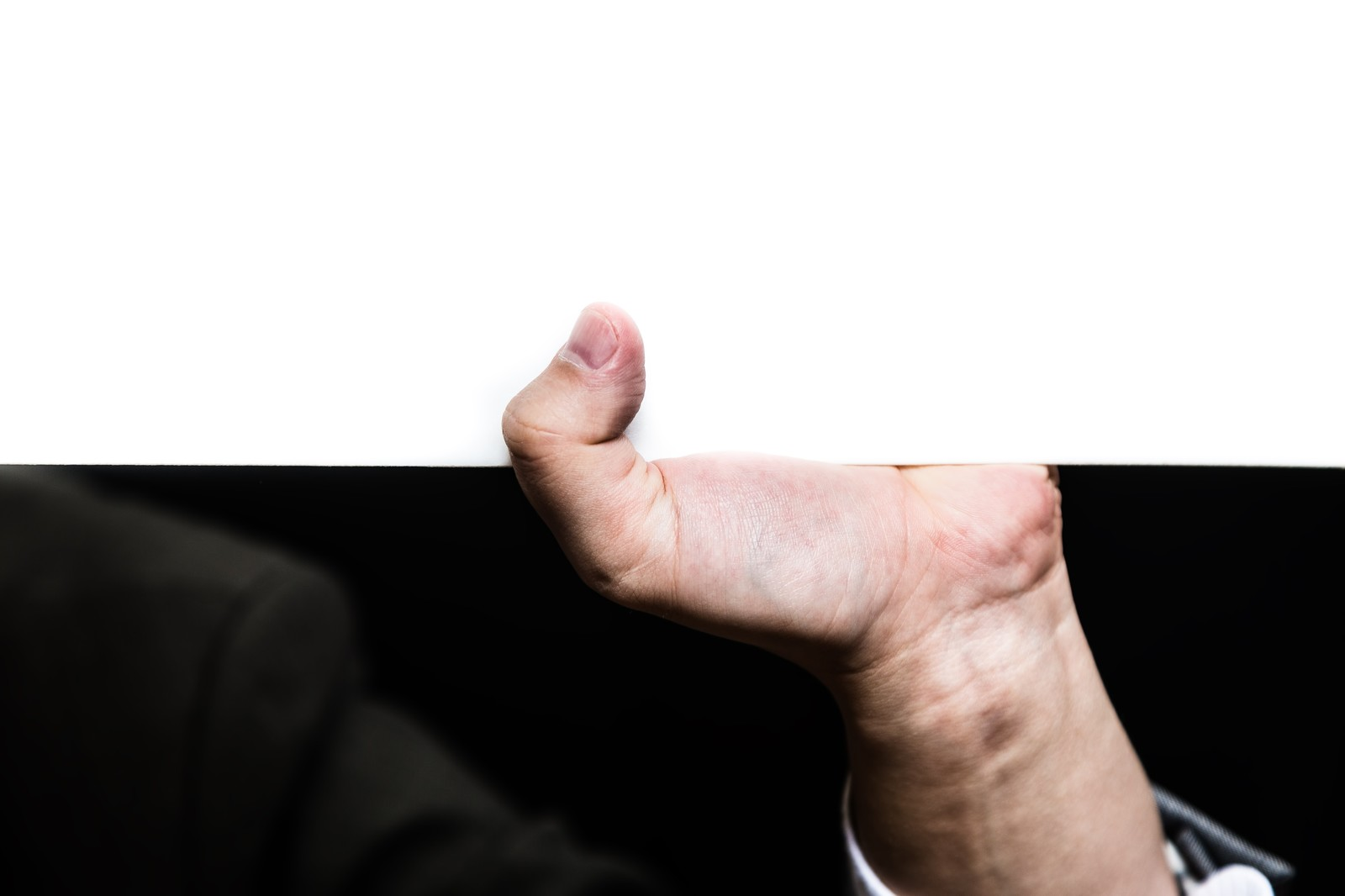 「ホワイトボードを支える手」の写真