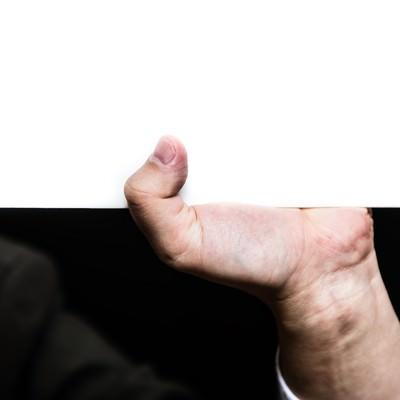 「ホワイトボードを支える手」の写真素材