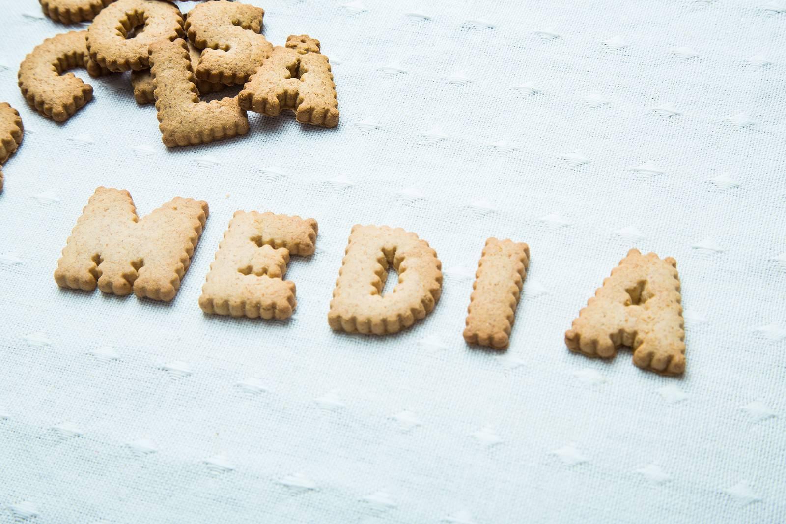 「MEDIAと並べられたクッキー」の写真