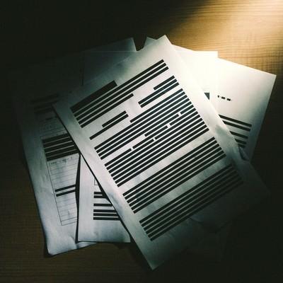 「黒く塗りつぶされた書類」の写真素材