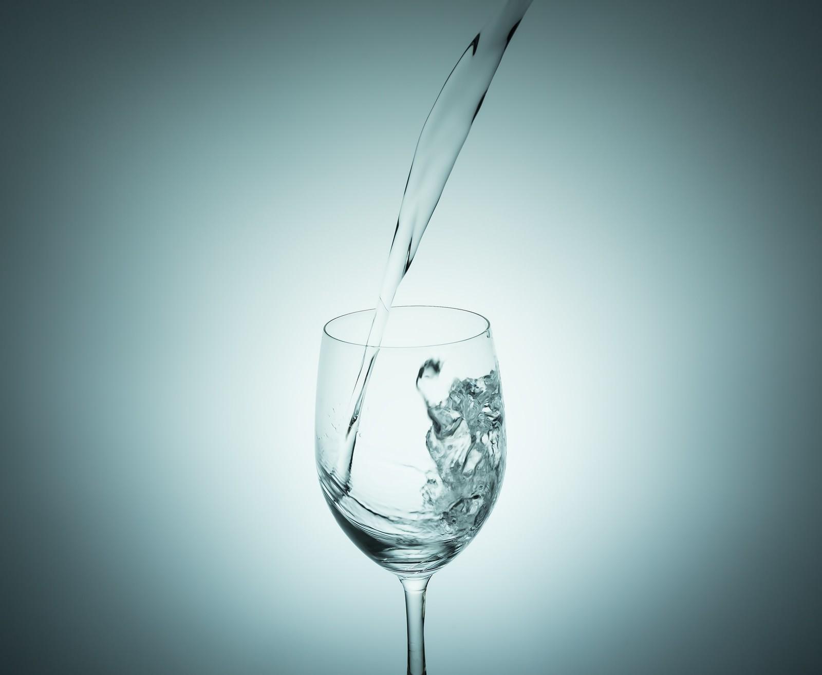 「グラスに水を注ぐ瞬間」の写真