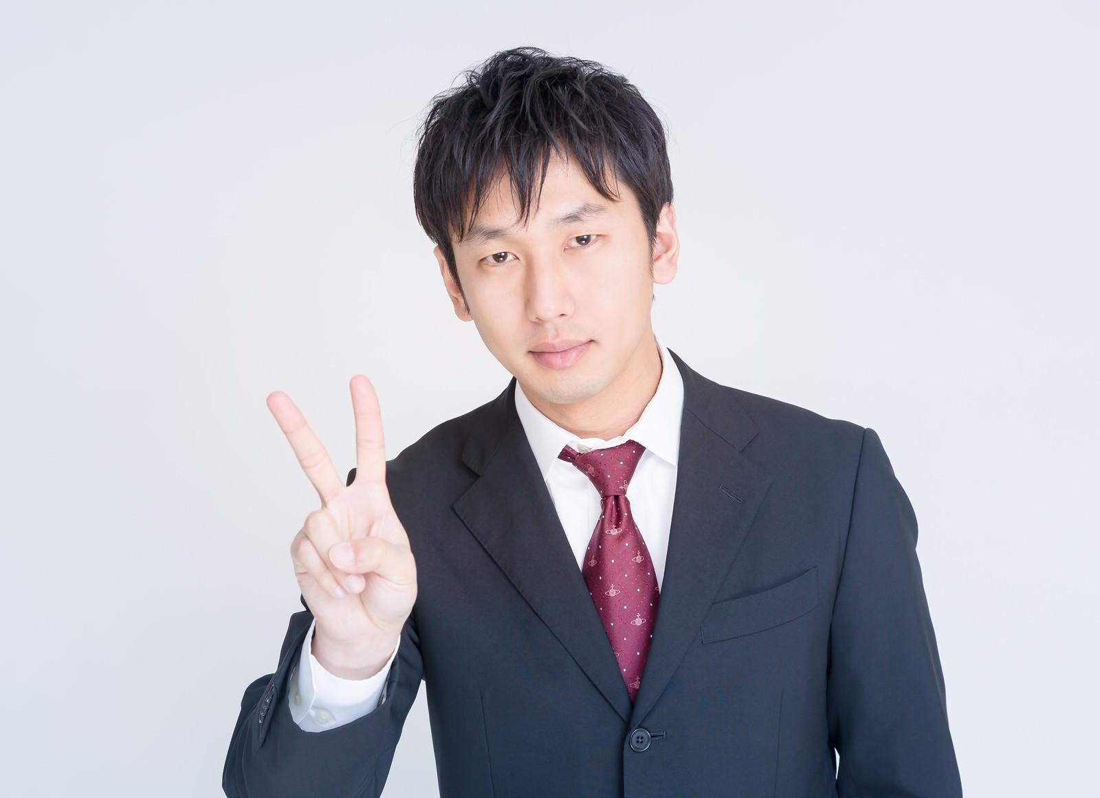 「ピースするビジネスマンピースするビジネスマン」[モデル:大川竜弥]のフリー写真素材を拡大