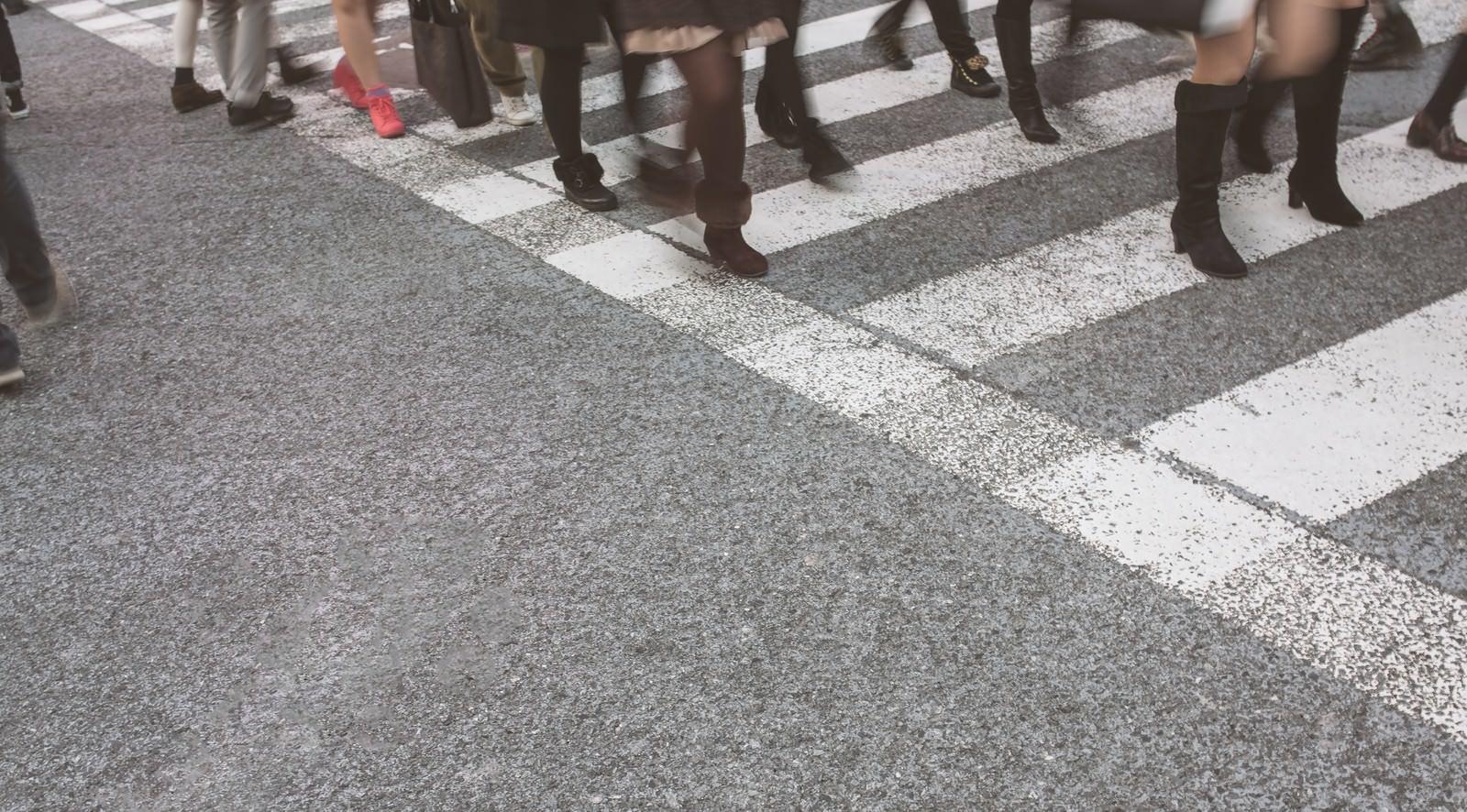 「横断歩道と人の足」の写真