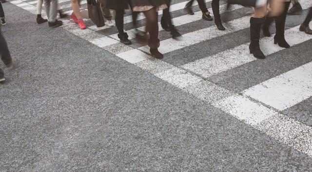 横断歩道と人の足の写真