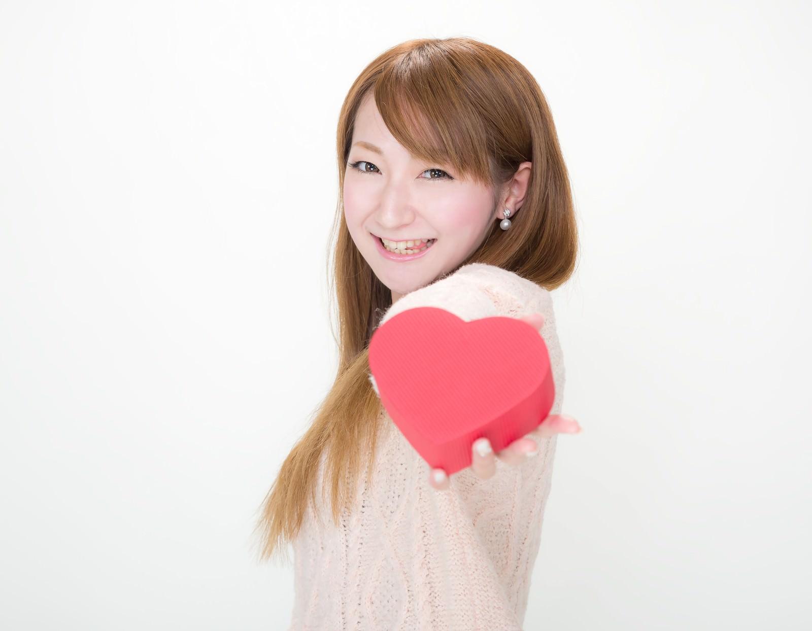 「「はい!君にもあげちゃうぞっ(テヘッ」っとバレンタインデーにチョコを渡す女の子」の写真[モデル:to-ko]