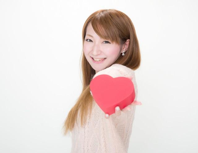 「はい!君にもあげちゃうぞっ(テヘッ」っとバレンタインデーにチョコを渡す女の子の写真