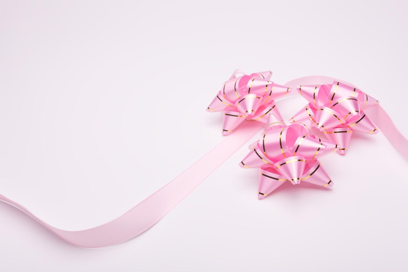 「ピンクのプレゼントとリボン」の写真