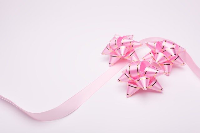 「ピンクのプレゼントとリボン」のフリー写真素材