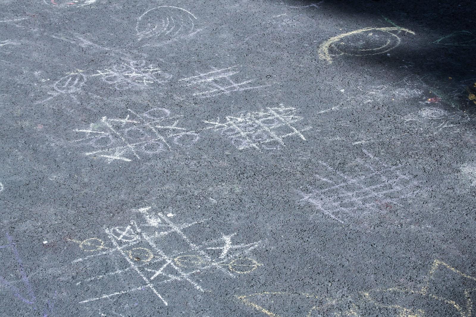 「道路に描かれたマルバツゲーム」の写真