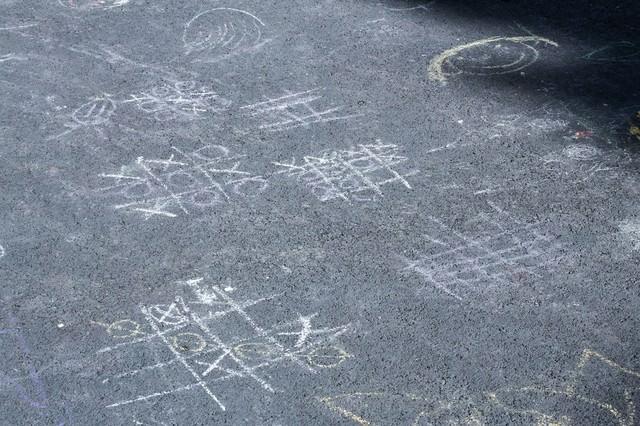 道路に描かれたマルバツゲームの写真