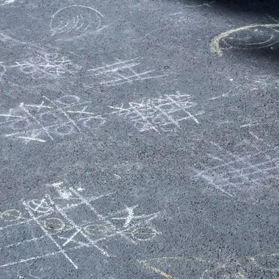 「道路に描かれたマルバツゲーム」の写真素材