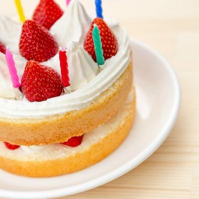 「テーブルに置かれたイチゴのケーキ」の写真素材
