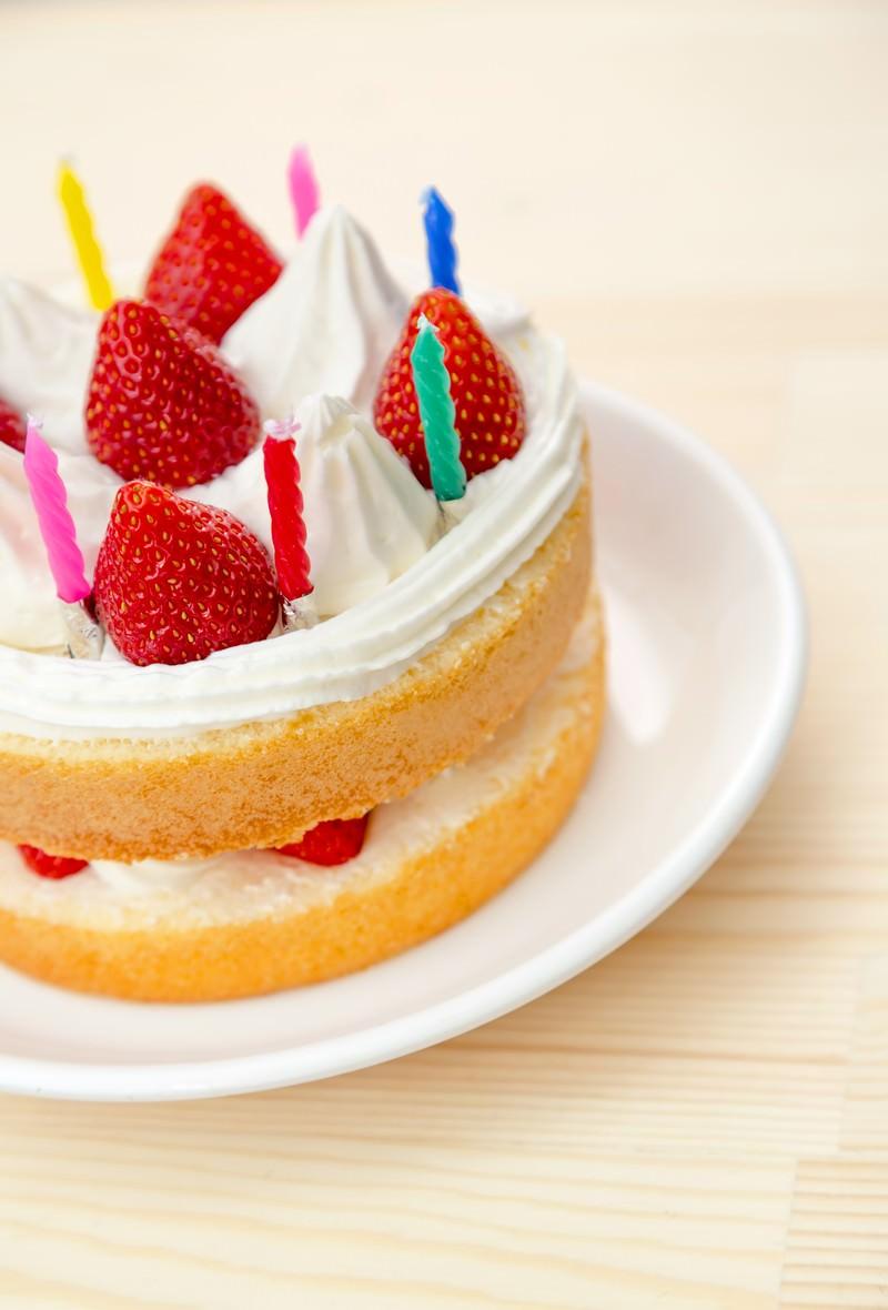 「テーブルに置かれたイチゴのケーキ」の写真