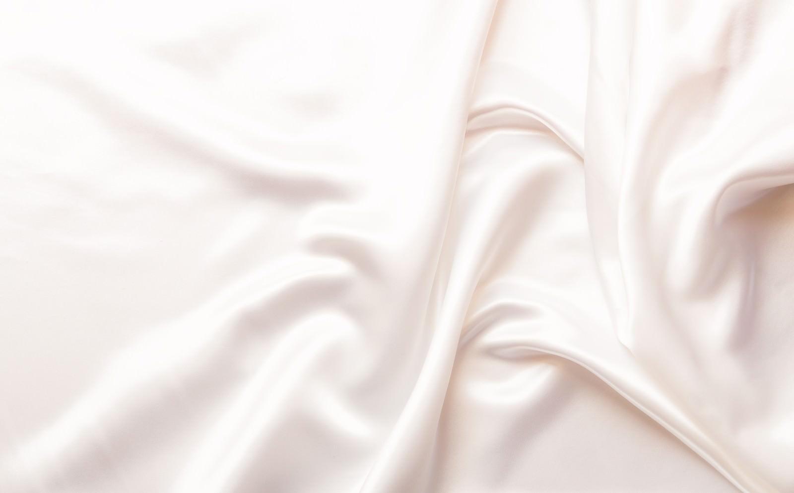 「プレゼント用の白いシルクプレゼント用の白いシルク」のフリー写真素材を拡大